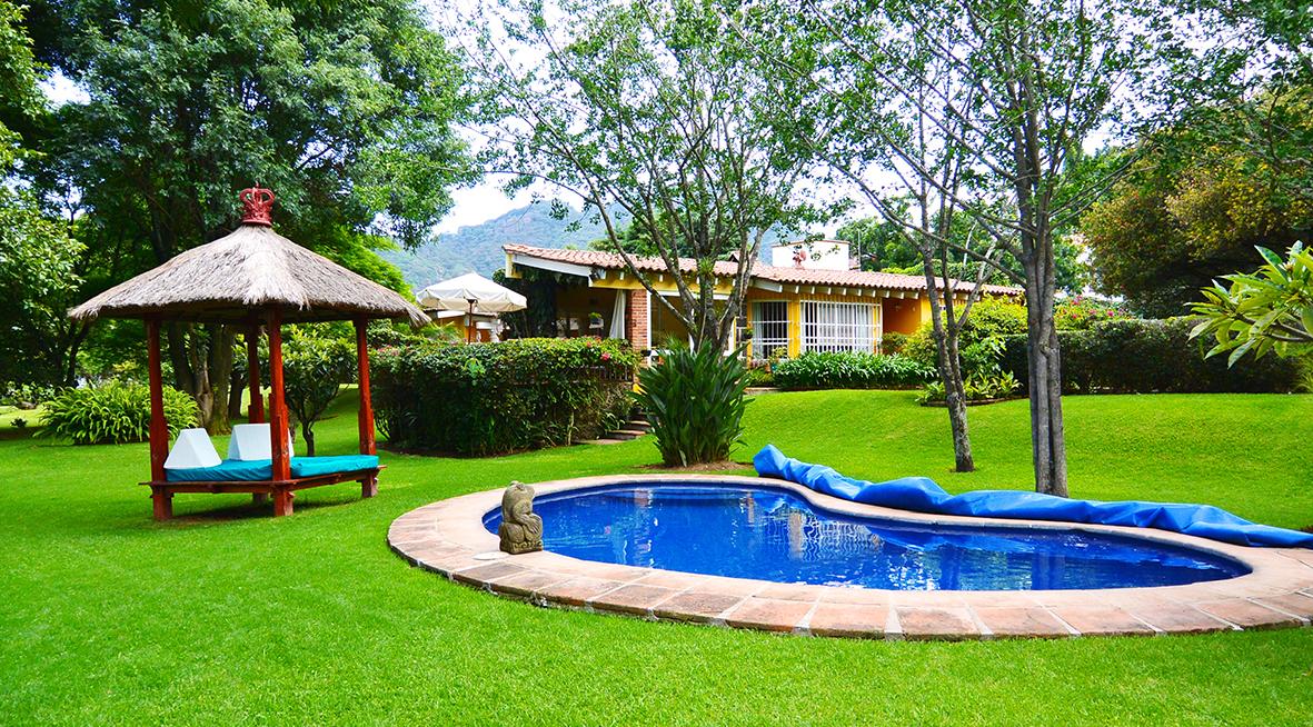 Casa en renta en el bosque tepoztlan jardin estudio for Jardin con alberca