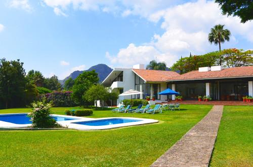 Vacacionales archivos casas tepoztl n bienes ra ces for Casas bonitas con alberca y jardin