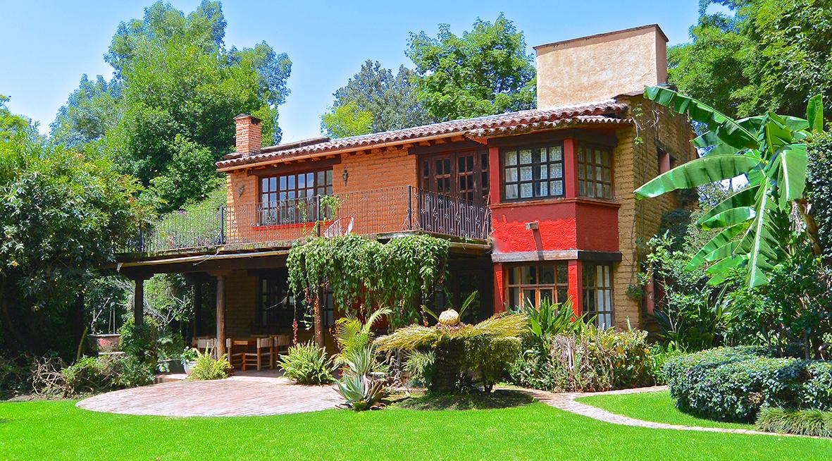 Casa en venta tepoztlan morelos mexico alberca vista al for Casas con jardin grande