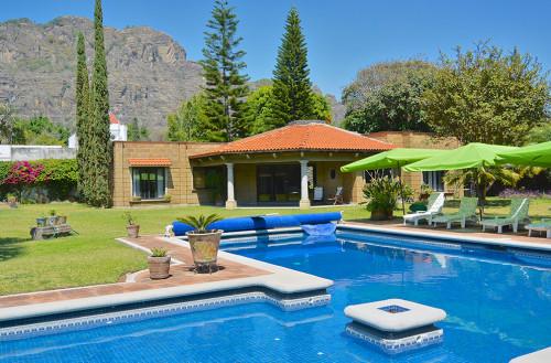 Jardines hermosos y grandes archivos casas tepoztl n for Casa con piscina fin de semana