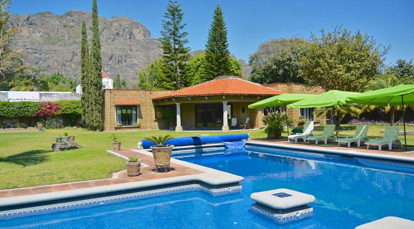 Casa miramontes casas tepoztl n bienes ra ces venta for Casas con piscina y jardin de lujo